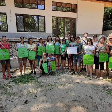 Почистване на плажна ивица в курортна местност Черноморец